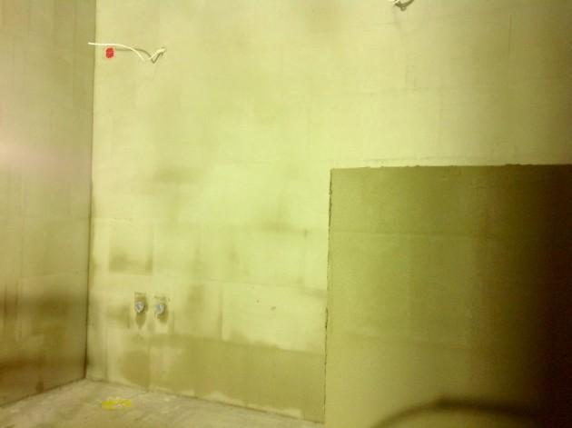 Kosteiden tilojen seiniin on päästy jo vetelemään tasoitetta.