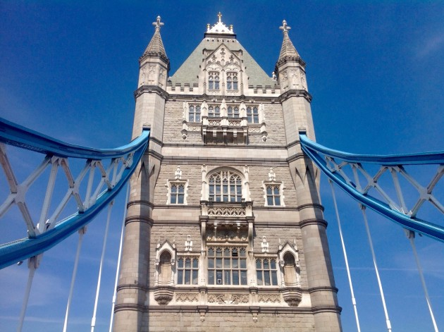 Ylitimme bussilla Tower Bridgen.