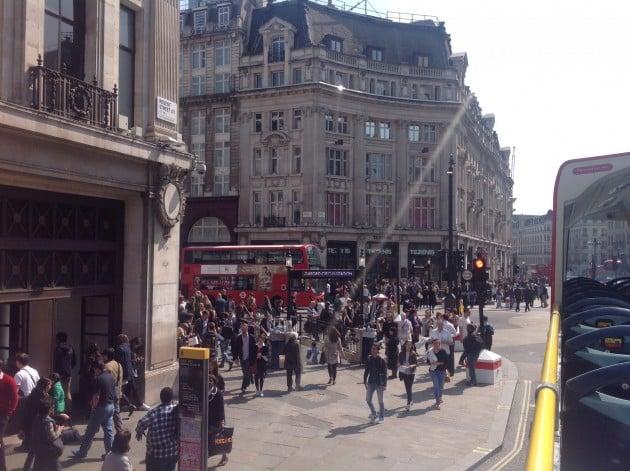 Oxford Streetillä on paljon kauppoja, mutta se on ruuhkaisa ja kaupat ovat hajallaan, joten meikäläisen unelmashoppailupaikka se ei ole.