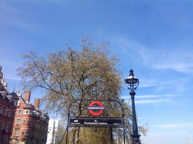 Junan ja bussin lisäksi matkustimme Lontoo-päivän aikana metrolla. Homma sujui hyvin, sillä Lontoon metroverkosto on selkeä tai ainakin olen oppinut parilla aiemmalla visiitillä käyttämään sitä.