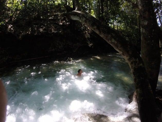 Uimassa putouksen altaassa