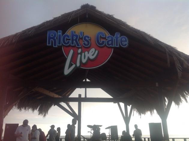 Reggae-bändi soittamassa