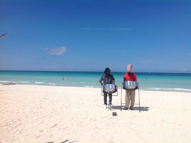 Tässä paikallinen reggae-duo viihdyttämässä ihmisiä Negrilin valkohiekkaisella rannalla.