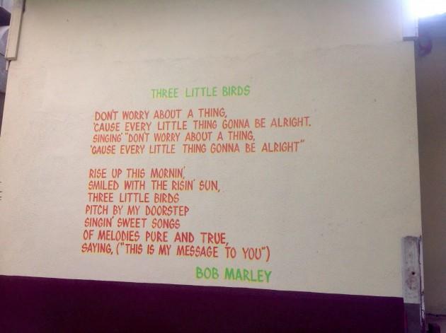"""Bob Marleyn """"Three Little Birds""""-laulun sanat museon ulkoseinässä"""