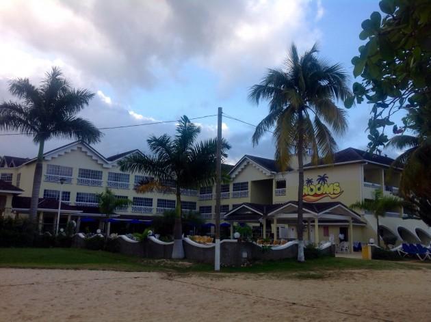 Hotellimme Rooms On The Beach Ocho Rios hyvällä paikalla rannalla.