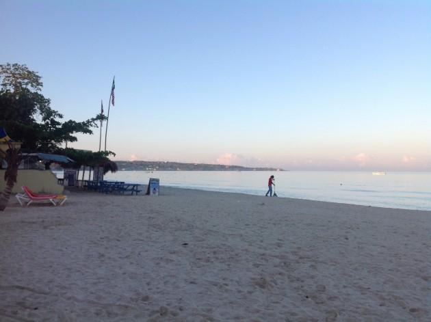Varhainen aamu Seven Mile Beachilla
