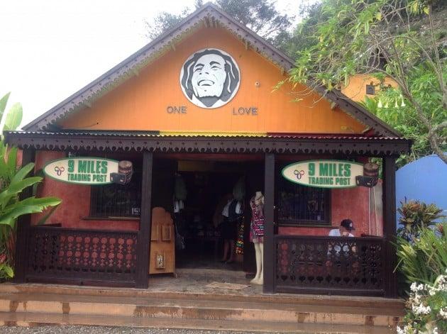 Bob Marleyn synnyinkodin ja mausoleumin sisäänkäynti