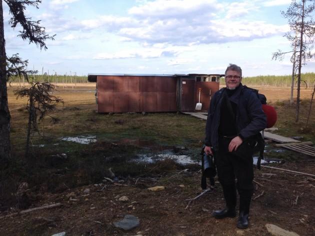Lassi Rautiainen on pyörittänyt villieläinsafareita jo 1980-luvun lopulta asti. Tässä Lassi piilokojujensa edustalla.