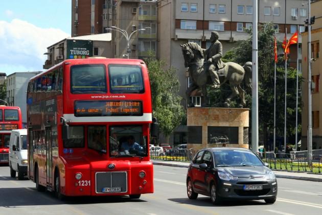 Skopjen katukuvassa näkyy myös englantilaistyylisiä busseja.