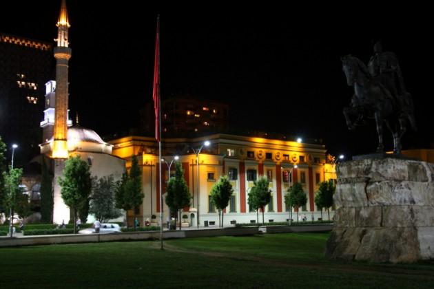 Tiranan keskustaa iltavalaistuksessa