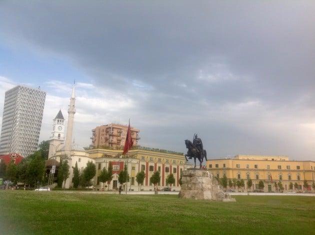 Skanderbegin aukio keskellä Tiranaa