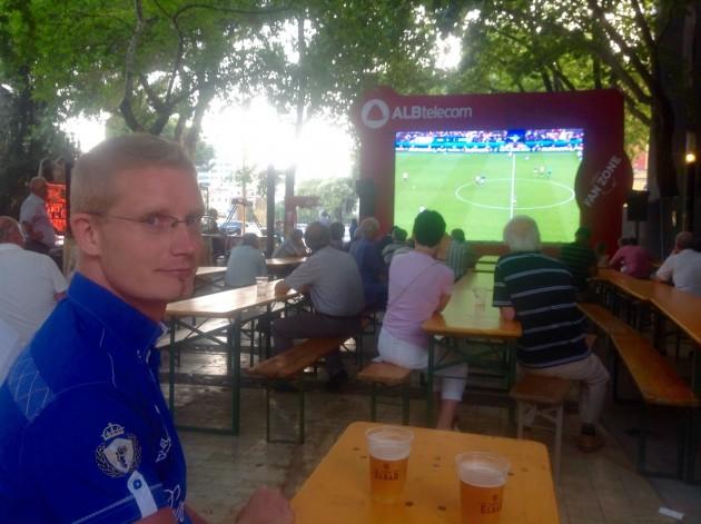 Jalkapalloa katsomassa