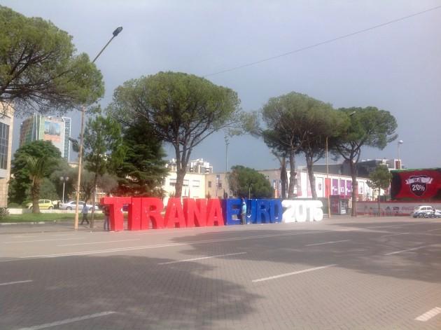 Jalkapallon EM-kisat näkyivät Tiranan katukuvassa.