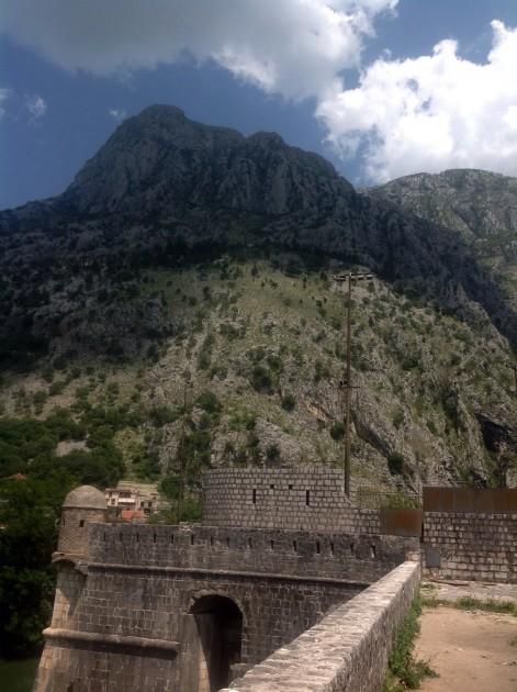Kotorin ympärillä kohoavat korkeat vuoret