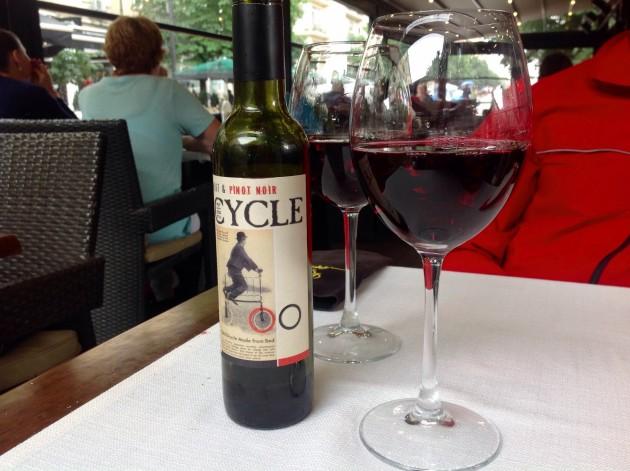 Nämä lasilliset punaviiniä Sofian  keskustan terassilla eivät muutamaa euroa enempää maksaneet.