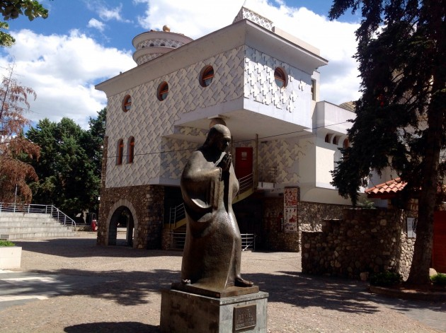 Uudella puolella sijaitsevat myös Äiti Teresan patsas ja muistotalo.