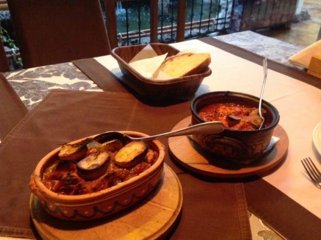 Lihaa, perunaa ja kasviksia siaältävä pataruoka tarjoillaan Makedoniassa saviruukuissa.