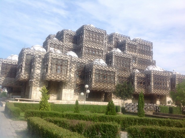 Tässä lienee Pristinan kuuluisin nähtävyys, ruma kansalliskirjasto.