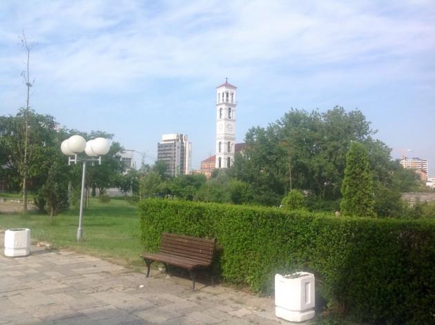 Puistoaluetta, taustalla kellotorni