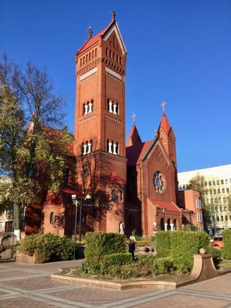 Aukion laidalla on sievä punainen Pyhien Simonin ja Helenan kirkko.