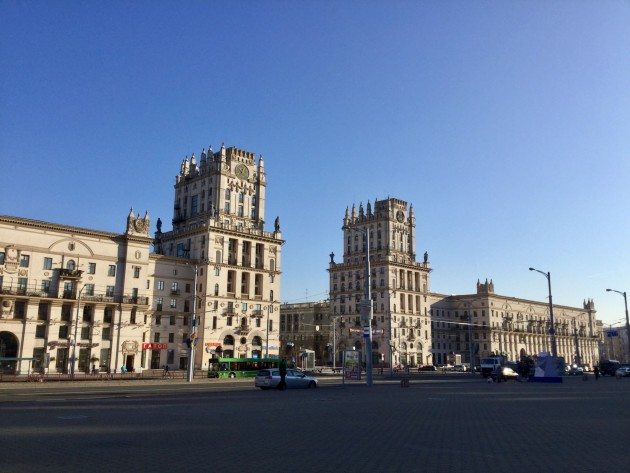 Minskin portit  kohoavat rautatieaseman edustalla.