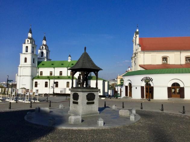 Minskin viihtyisintä aluetta, vasemmalla Pyhän Hengen katedraali