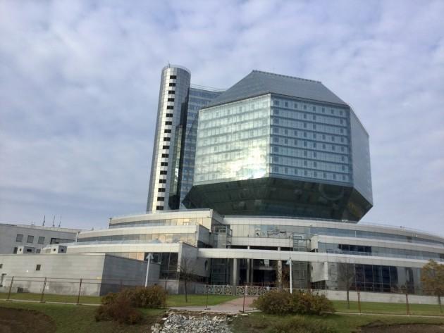 Valko-Venäjän kansalliskirjasto sijaitsee keskustan ulkopuolella siistillä alueella.