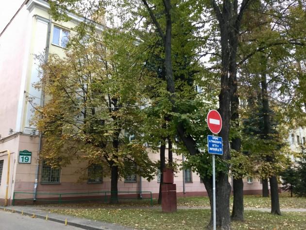 Esimerkiksi tällaisen rakennuksen huoneistossa voi yöpyä Minskin vierailulla 50 eurolla vuorokausi.