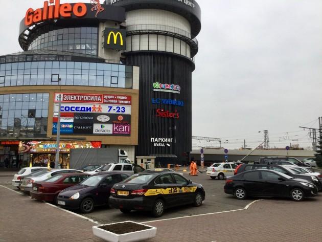Takseja rautatieaseman ja Galileo-ostoskeskuksen välissä