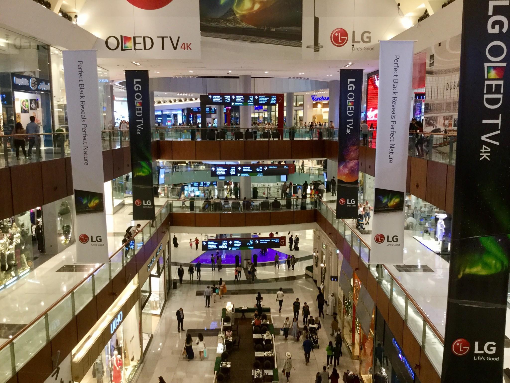 Maailman suurin ostoskeskus Dubai Mall sisältäpäin