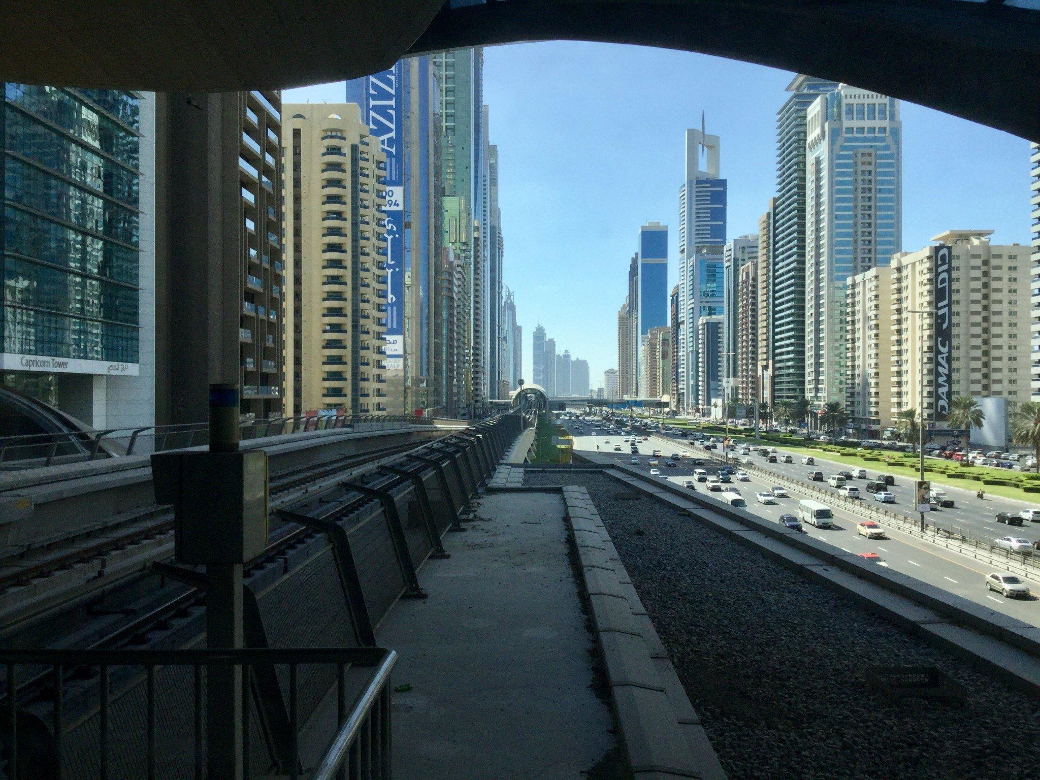 Tämä Dubain metrolinja kulkee moottoritien vieressä.