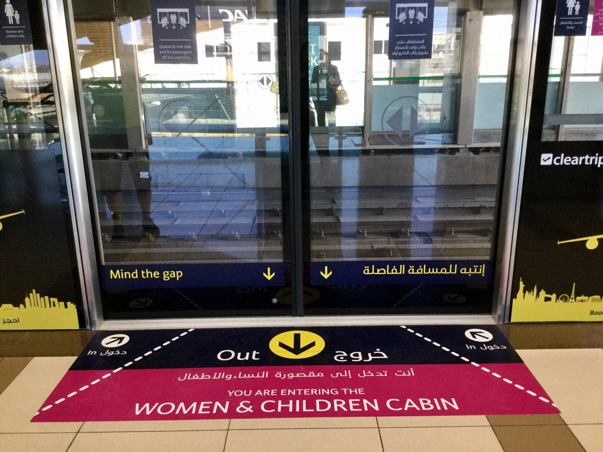 Naisille ja lapsille on  varattu myös omat vaunut. Miehiltä on näihin vaunuihin pääsy kielletty sakon uhalla.