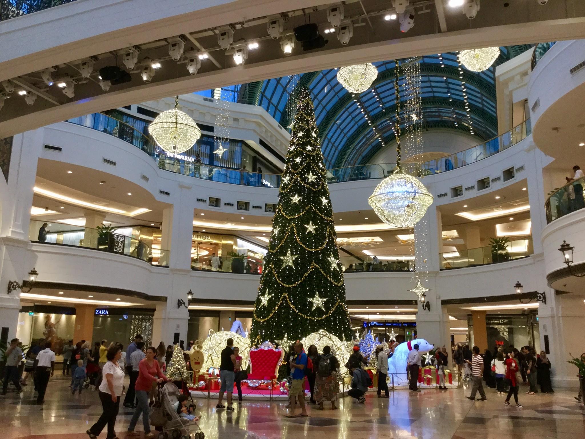 Lähestyvä joulu näkyy myös täällä. Tämä on saman ostarin sisäpuolelta.