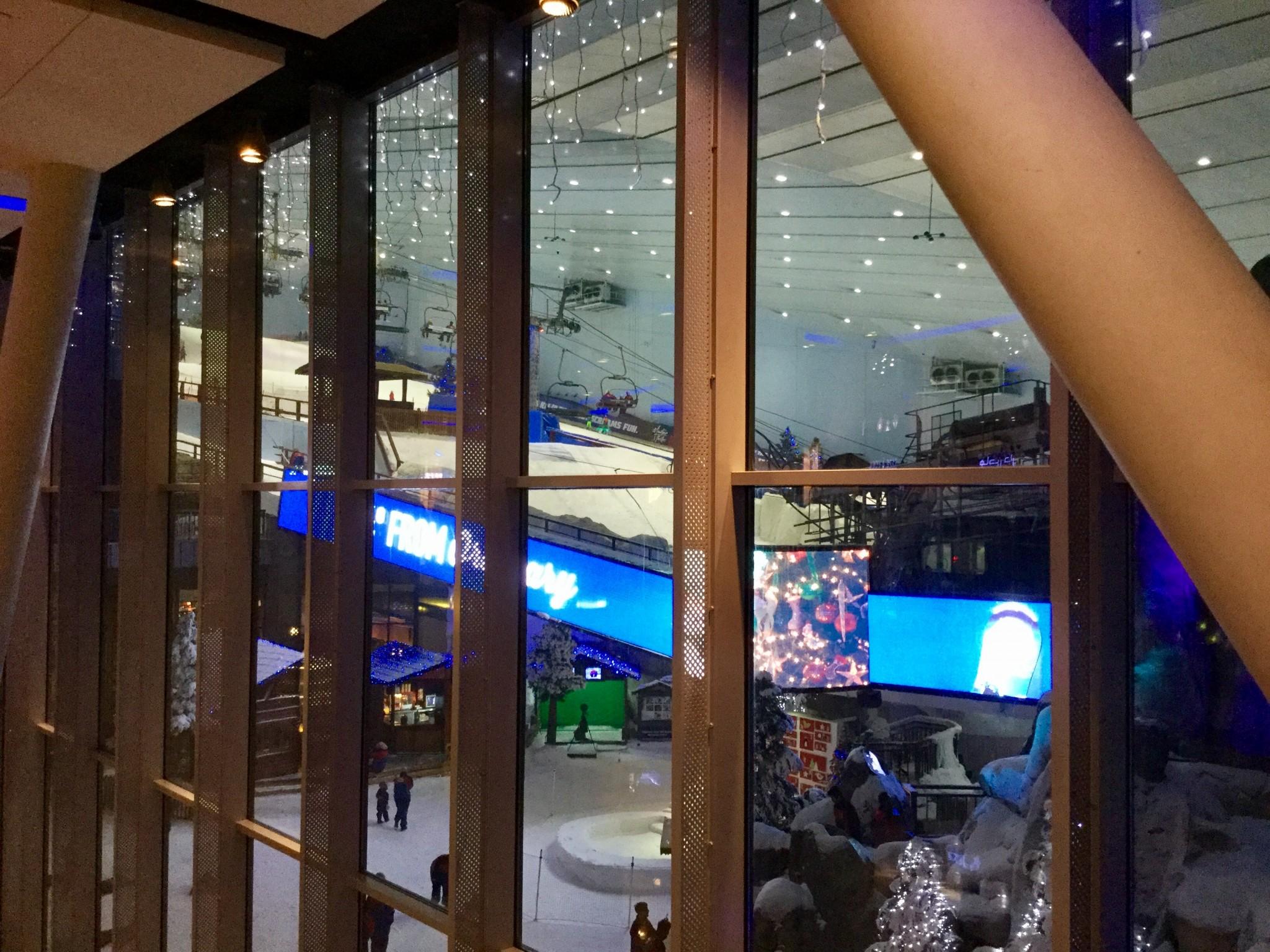 Mall of the Emirates-ostoskeskuksessa pääsee myös laskettelemaan.