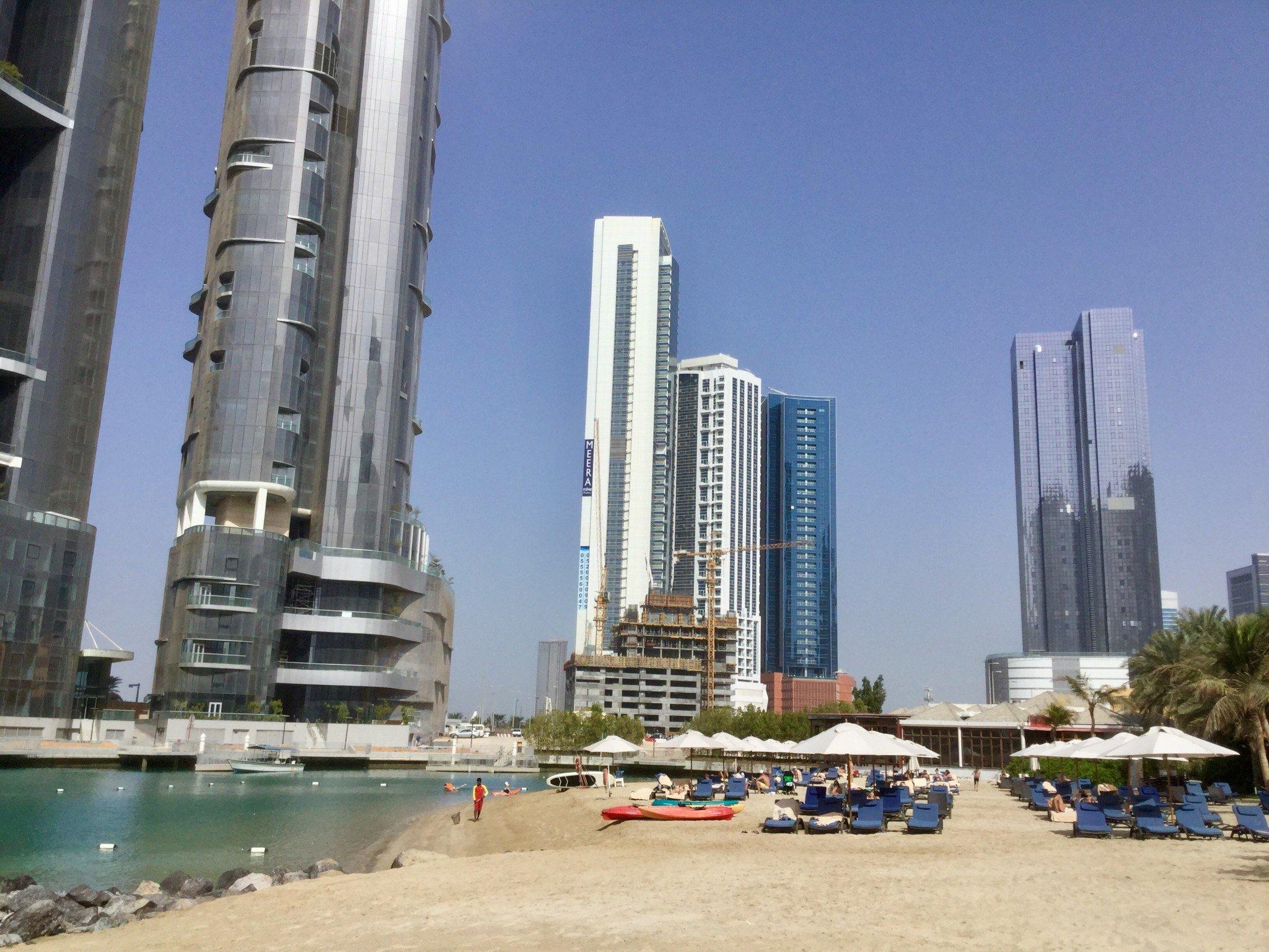 Hotellin rannan vieressä kohoavat pilvenpiirtäjät.