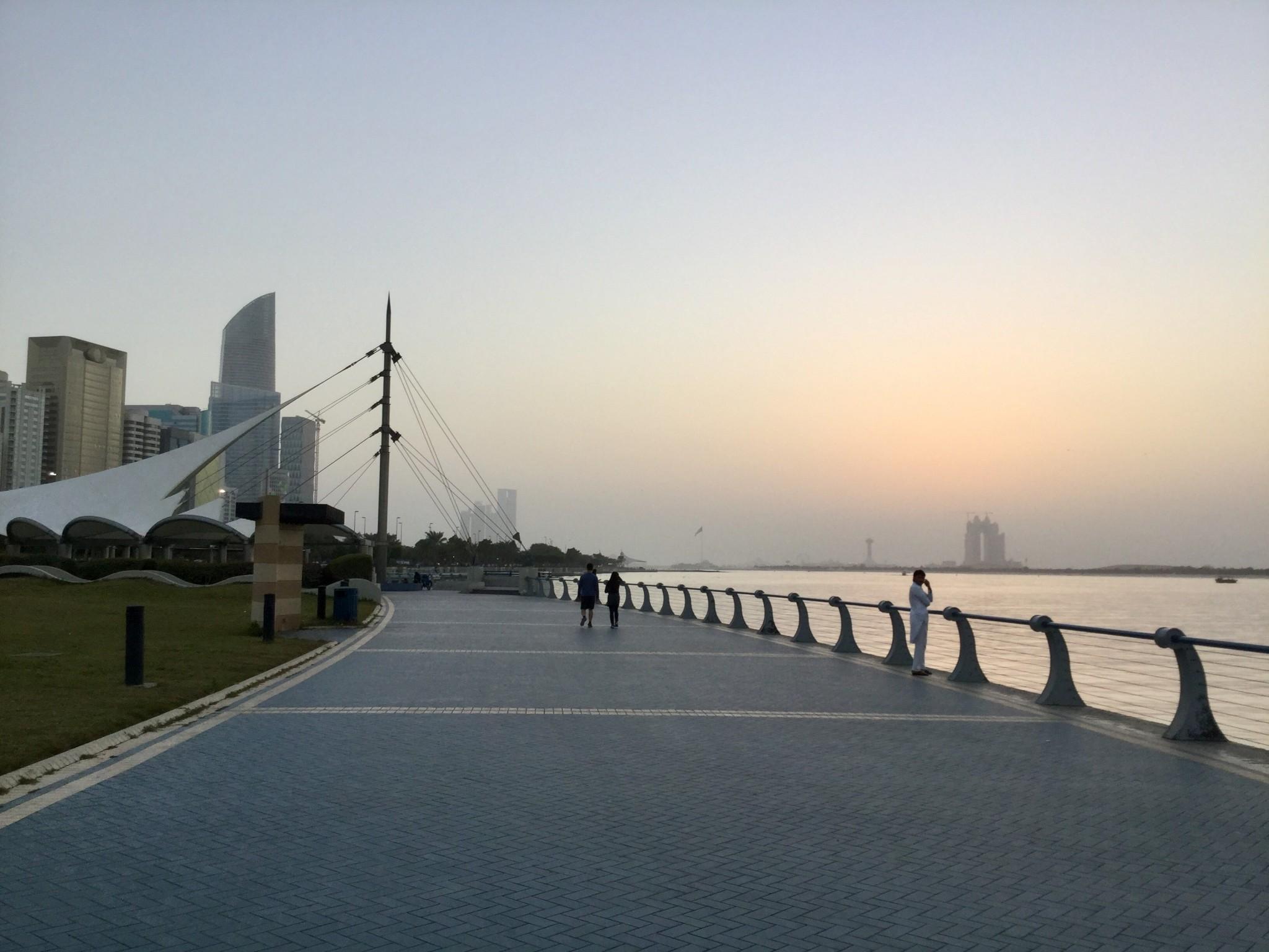 Corniche Avenuen kävelyraittia illansuussa