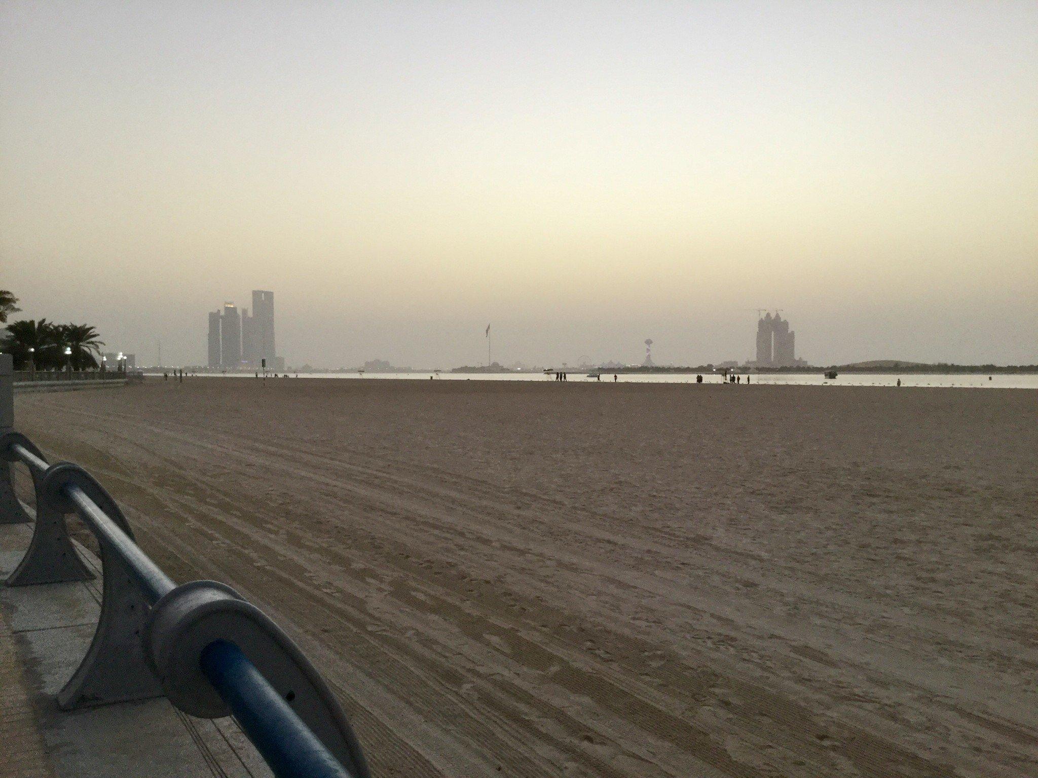 Tien vieressä on leveä hiekkaranta.