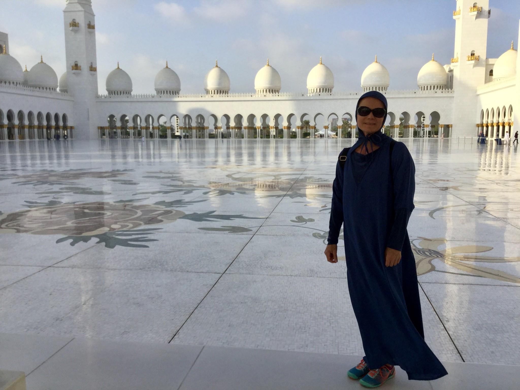 Tällainen kaapu piti laittaa päälle ennen moskeijaan menoa.