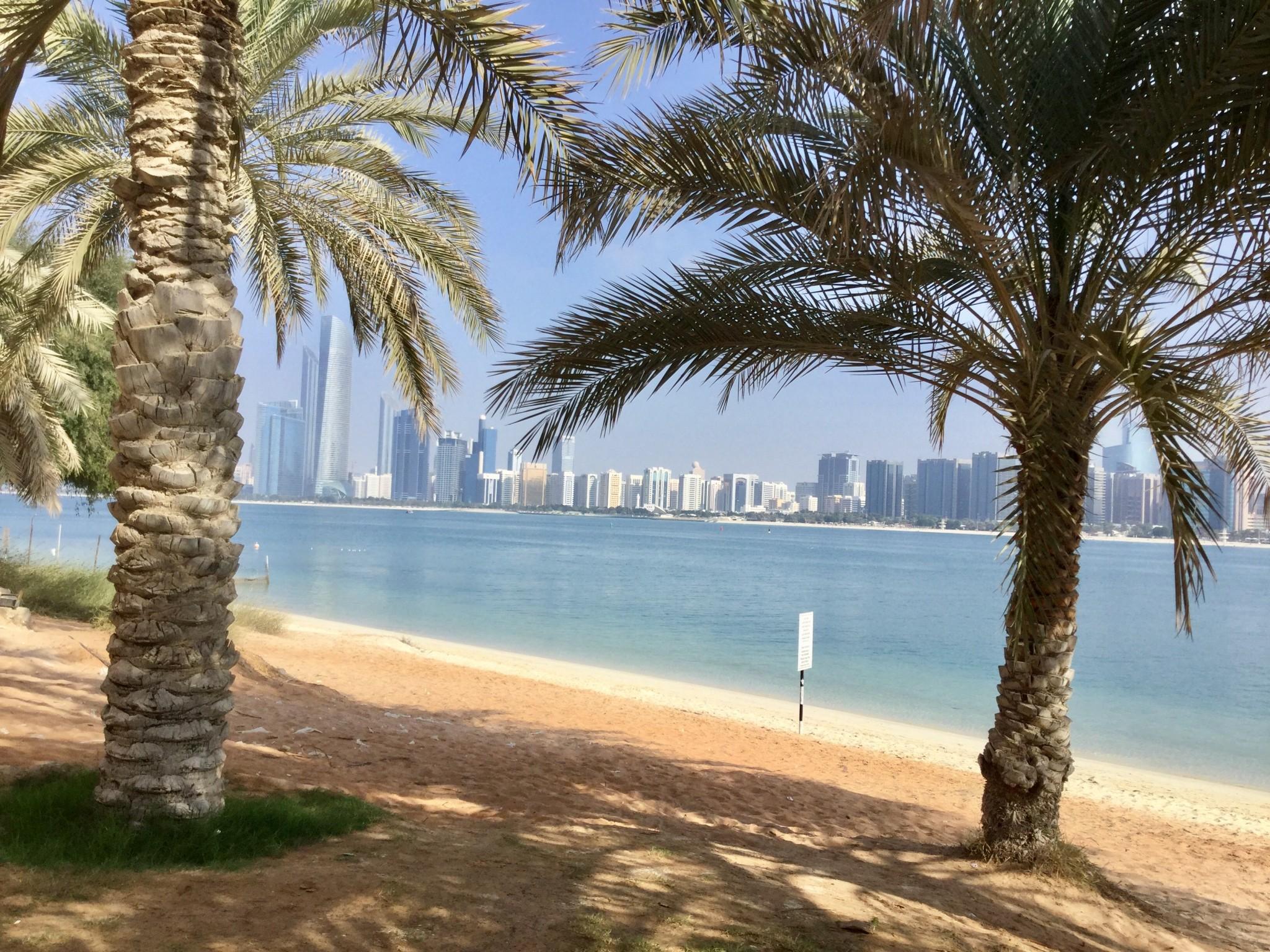 Abu Dhabin palmurantaa ja pilvenpiirtäjiä