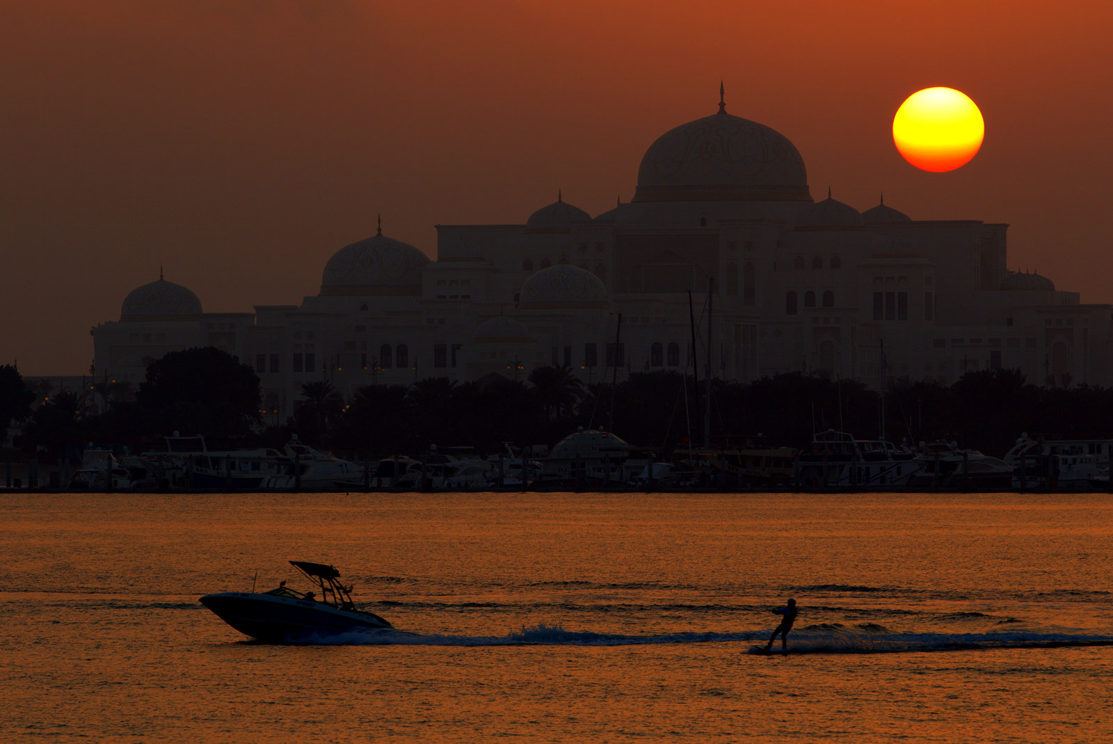 Auringonlasku Abu Dhabissa, josta matkamme jatkui naapurimaahan.