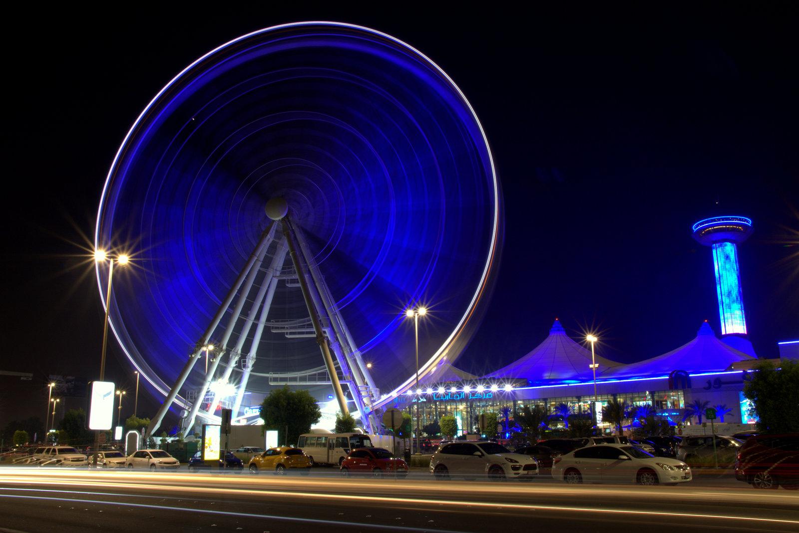 Marina Mall-ostoskeskus sekä sen vieressä oleva hienosti iltavalaistu maailmanpyörä.