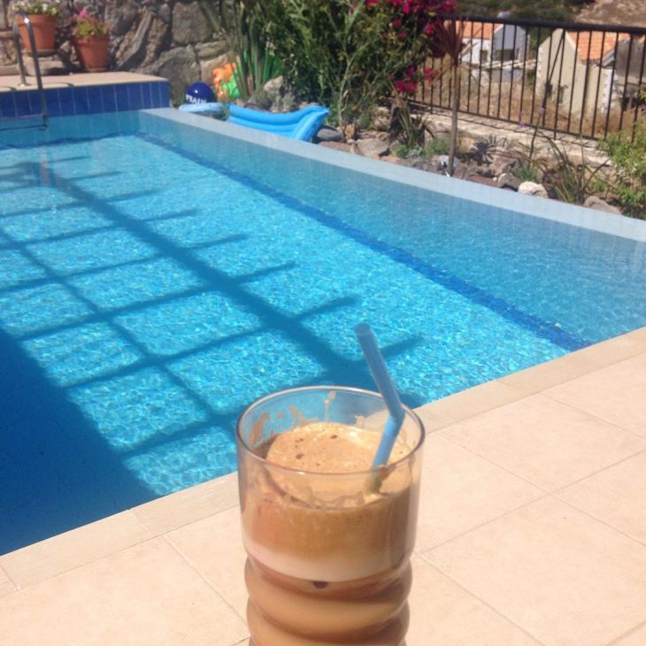 Morning coffee by the pool Lue loppuun rarr