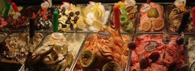 Värien sinfoniaa ja runsauden pulaa jäätelötiskillä Nerjassa. Kuva: Suvi Astikainen