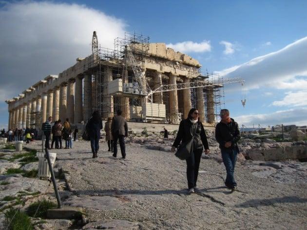 Yleisnäkymä Akropoliin kukkulasta. Parthenonin päätyä peittää rakennustelineet.