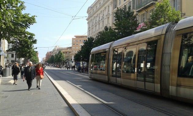 Avenue Jean Medecin on Nizzan pääostoskatu.