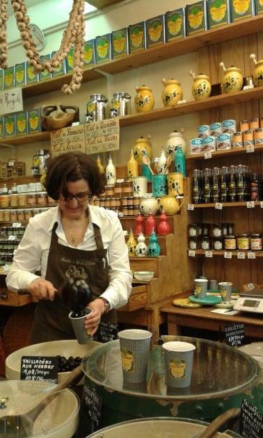 Alziarilla myydään muutakin kuin oliiviöljyä, mm. hunjaa, pieniä astioita ja kokonaisia oliiveja.