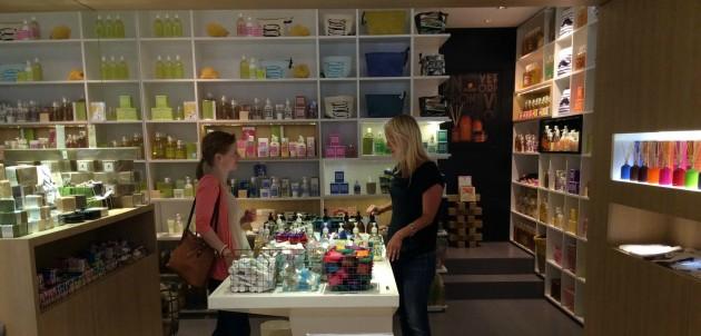 Companie de Provencen kaupassa pystyi kokeilemaan kaikkia saippuoita ja huuhtomaan kätensä suhkulähdemäisen hanan päällä. Mainio idea!
