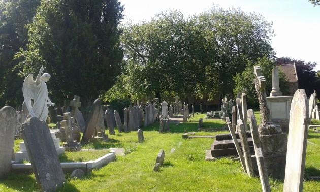 St Saviourin hautausmaalla aika on siirtänyt hautakivien paikkaa. Vai lieko kummitukset?