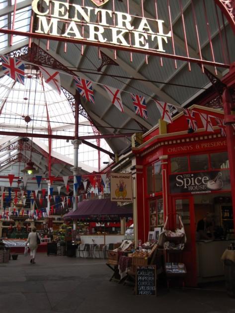 St Helierin kauppahallista voi ostaa kivat tuliaiset.