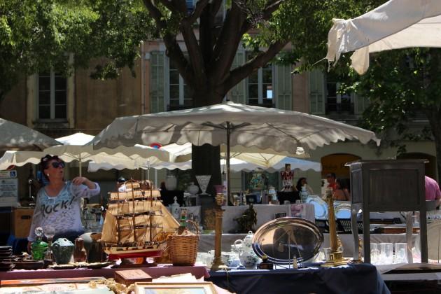 Puiden varjostamalla torilla oli lauantaina antiikkimarkkinat.
